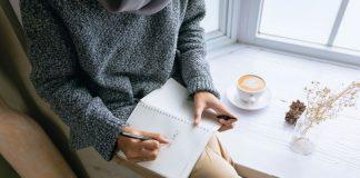 Mujer sentada y escribiendo en un diario (Me convertí en mamá y quise replantear mi profesión Karla Camacho Contributor Miami Mom Collective)